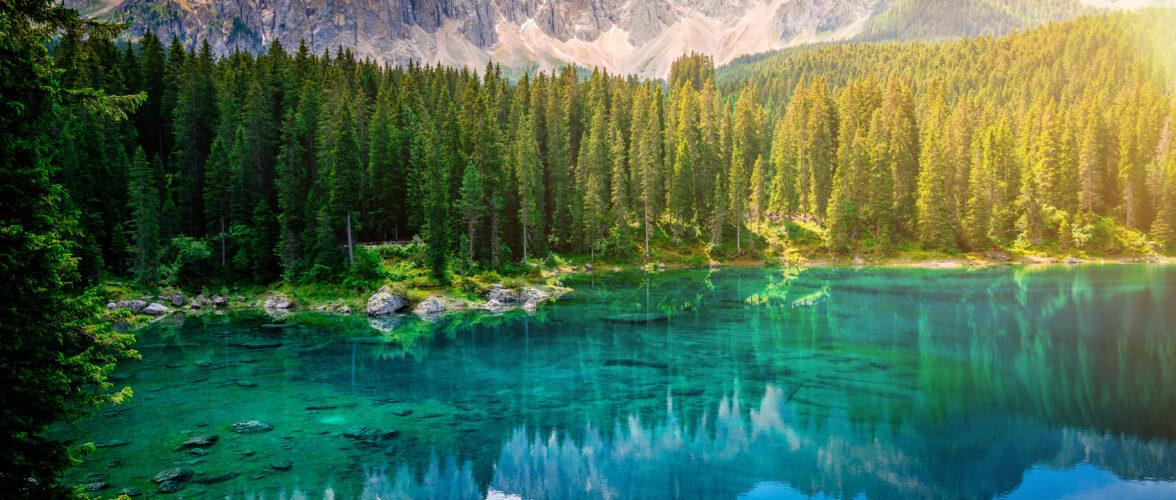 Bestaunen Sie auf unserer Carreise ins Südtirol den Karersee in den Dolomiten